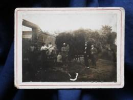 Photo CDV Anonyme  Personnes Devant Un Attelage De Foin  Bébé Assis Sur Le Boeuf CA 1900-10 - L514 - Personnes Anonymes
