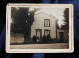 Photo CDV Anonyme  Personnes Devant Une Maison  Femme Avec Un Bébé, Chien  CA 1900-10 - L514 - Personnes Anonymes