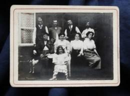 Photo CDV Anonyme  Personnes Devant Une Maison 4 Hommes, 4 Femmes, Fillette Et Chien  CA 1900-10 - L514 - Personnes Anonymes