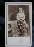 Photo CDV Anonyme  Petit Garçon Blond Assis Sur Une Table Cheveux Longs Bouclés  CA 1900-10 - L514 - Personnes Anonymes