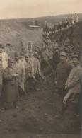 MILITARIA LA CORVÉE DES TRANCHÉES CARTE PHOTO MILITAIRE CREUSANT LES TRANCHÉES - War 1914-18