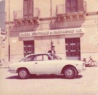 Foto D'epoca - Tematica Automobili D'epoca Sullo Sfondo Cassa Centrale Di Risparmio - Cars