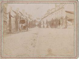 Photo Ancienne 109 Mm X 80 Mm Sur Carton - 1900 - Rue De L'Hôtel De Ville Montmirail 51 (Marne)  - Lendemain De Fête - Places