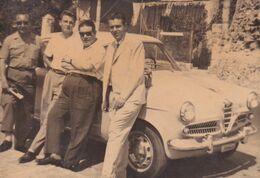 Foto D'epoca - Gruppo Di Persone In Pose Artistiche Adiacente Auto D'epoca - Cars