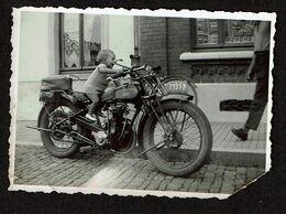 Petite Photo Originale 8,5 Cm X 6 Cm - Bébé Sur Une Moto Gillet - Voir Scan - Automobiles