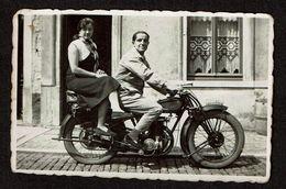 Petite Photo Originale 8,5 Cm X 6 Cm - Couple Sur Une Moto Gillet - Voir Scan - Cars