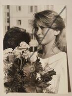 Photo D'époque S. Egliens. Original. Fille Avec Des Fleurs. Lettonie - Objects