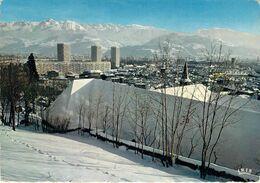 38 - Grenoble - Au Premier Plan : Le Musée Dauphinois - Les Tours De L'Ile Verte - Au Fond, La Chaîne De Belledonne - Grenoble