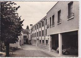 72 LE MANS Clinique Des Marianites ,cour Intérieure ,voiture Citroen 2 CV Garée Sous Le Porche - Le Mans