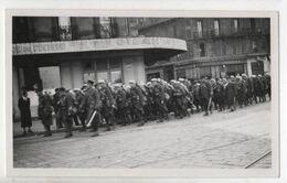 Photo Originale Légion Etrangère Légionnaires MARSEILLE Défilé Clique Bar Du Commerce Et Grand Bar De L'UN... - Krieg, Militär