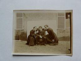 PHOTO ANCIENNE : Chuchottements Chez Les Séminaristes En 1902 - Geïdentificeerde Personen