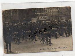 CPA - PHOTO - 57 - METZ - MILITARIA - Groupe De CHASSEURS CYCLISTES - REVUE Du 17 Mars - Photo Mobré - Metz