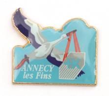 Pin's BANQUE POPULAIRE - ANNECY Les Fins (74) - Cigogne Portant Le Logo De La Banque - Zamac - J517 - Banken