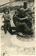 Photo De Deux Soldats Allemand Un Au Canon Et L'autre Mettant Un Obus En 39-45 - Guerre, Militaire