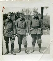 Photo De Trois Soldats Francais Dont Un Avec Sa Besace Posant Dans Leurs Caserne - Oorlog, Militair