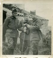 Photo De Trois Soldats Francais Dont Un Avec Sont Fusil Et Un Avec Sa Besace A La Campagne - Oorlog, Militair