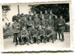 Photo D'une Section De Soldats Francais Avec Leurs Officier Posant Pour La Photo Dans Leurs Caserne - Oorlog, Militair