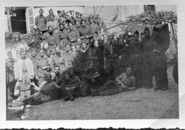 Photo D'une Compagnie De Soldat Francais Avec Leurs Officier Au Milieux Posant Dans Une Ferme - Oorlog, Militair