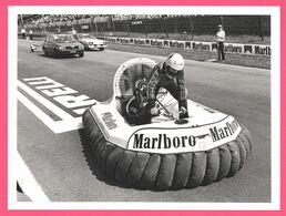 Photo De Presse - F1 - Circuit - Course Voiture Bouée - HUTCHINSON SHERIF VERSOIX - 20,2 X 15,2 Cm Environ - Car Racing - F1
