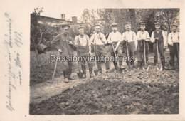 CARTE PHOTO ALLEMANDE LAUNOIS 1917 GROUPE De JARDINIERS - Other Municipalities