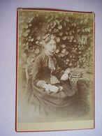 PHOTO GRAND CDV JEUNE FEMME ELEGANTE ET SON ALBUM PHOTO ROBE MODE  Cabinet JOURNEAUX FRERES - Ancianas (antes De 1900)