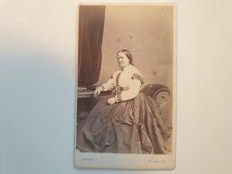 Cdv Ancienne Années 1800 Portrait D'une Femme. PHOTOGRAPHE HEATH.  VILLE DE PLIMOUTH ANGLETERRE - Alte (vor 1900)