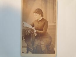 Cdv Ancienne Années 1800 Portrait D'une Femme. PHOTOGRAPHE J. THIRWALL. HEREFORD ANGLETERRE - Alte (vor 1900)