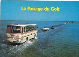 85. ÎLE DE NOIRMOUTIER. LE PASSAGE DU GOIS. AUTOCAR ET VOITURES. ANNEE 1988 + TEXTE - Ile De Noirmoutier