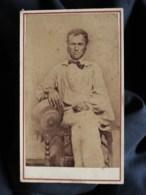 Photo CDV  Anonyme  Homme âgé Assis Portant Une Blouse Large Et Tenant Un Chapeau  CA 1870 - L517A - Alte (vor 1900)