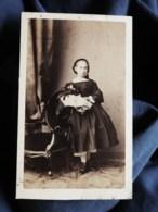 Photo CDV Ch. Winter à Strasbourg - Second Empire Fillette En Pied Et Sa Poupée, Circa 1860-65 L517A - Oud (voor 1900)