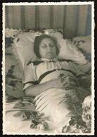 Grande Photo 17 X 12 Cm - Photo Mortuaire - Portrait Dame Allongée Sur Son Lit -  Mort - Post-mortem - Défunt - 2 Scans - Anonyme Personen