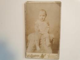 Cdv Ancienne Années 1800 Portrait D'un Bébé.  PHOTOGRAPHE C. LANDOUZY. VILLE DE CALAIS FRANCE - Alte (vor 1900)