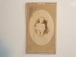 Cdv Ancienne Années 1800 Portrait D'un Bébé. PHOTOGRAPHE E. BARON. MAISON DES BAINS.  RUE RAMBUTEAU. PARIS - Fotos