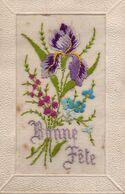 V845Hs   Cpa Brodée Soie Bouquet De Fleur Iris Bonne Fête - Embroidered