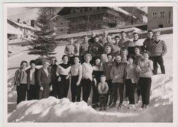 Deux Photos Beau Format à Chatel (74) En 1956 Groupe De Skieurs Et Touristes Devant Des Chalets - Plaatsen