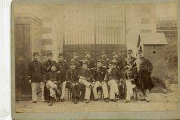 Grande Photo Cartonnée De Soldats Et Sous Officier Francais Posant Devant L'entré De Leurs Caserne Vers 1900 - Guerre, Militaire