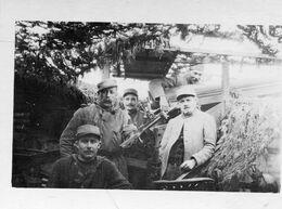 Grande  Photo Cartonné De Soldats Et Sous Officier Francais Posant Dans Leurs Trou Avec Leurs Canon Au Front En 14-18 - Guerre, Militaire