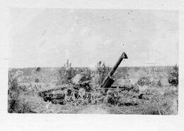 Grande Photo Cartonnée D'un Canon De L'artillerie Francaise Avec Un Officiers Caché A L'arrière Du Front En 14-18 - Guerre, Militaire