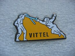 Pin's Du Club D'escrime De La Ville De VITTEL - Scherma