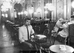 17- LA ROCHELLE -DOMINIQUE BERTRAND LIVRE D' OR -SIMENON INTERIEUR  CAFE DE LA PAIX -RARE PHOTO ARRAMY - Personnes Identifiées