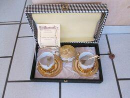 2 Tasses Avec Soucoupe 2 Cuilleres Et Un Sucrier Plaque Or 24 Carat .dans La Boite D Origine  Et Certificat - Cups