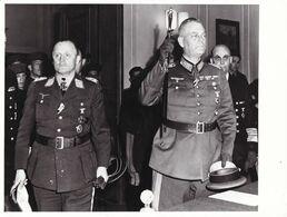 PHOTO DE PRESSE ORIGINALE WW2 1939 / 1945 FIN DE LA GUERRE MARSHAL KEITEL ET STUMPF SIGNENT LA REDDITION DE L ALLEMAGNE - Guerre, Militaire