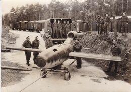 PHOTO DE PRESSE ORIGINALE WW2 1939 / 1945 ALLEMAGNE DES SOLDATS ANGLAIS REGARDENT UN MISSILE ALLEMAND PILOTE V-4 - Guerre, Militaire