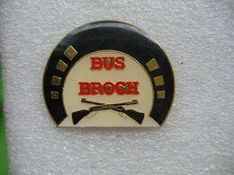 Pin's Bus Broch. Armes De Tir. Pin's Numéroté 564 - Tiro Con L'Arco