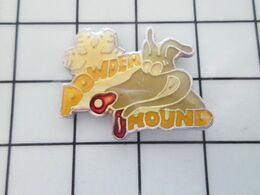 115e Pins Pin's / Rare & Belle Qualité THEME SPORTS / SKI FLOCON DE NEIGE CHIEN POWDER HOUND - Sport Invernali