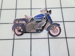 411b Pins Pin's / Rare & Belle Qualité THEME MOTOS / MOTO BLEUE ET BIZARRE Par PINS UN-LTD - Motorbikes