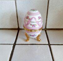 Oeuf En Porcelaine Décor Fleurs Ton Rose Fermeture Fleur ( D'autres Sur Le Site) - Eggs