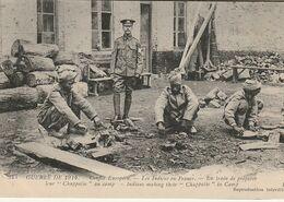 """CPA THEME : GUERRE DE 1914 / 1918 / LES INDIENS EN FRANCE  ENTRAIN DE PREPARER LEUR """" CHUPPALIE """" / TOP PLAN - War 1914-18"""
