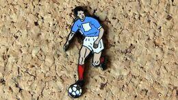 Pin's Football Maillot Bleu Short Blanc - Email - Fabricant DEMONS & MERVEILLES - Football