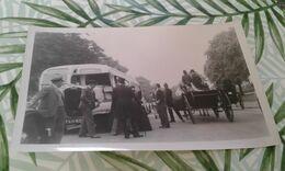 Photo Anglaise Autobus Et Calèche  Datée. - Automobiles